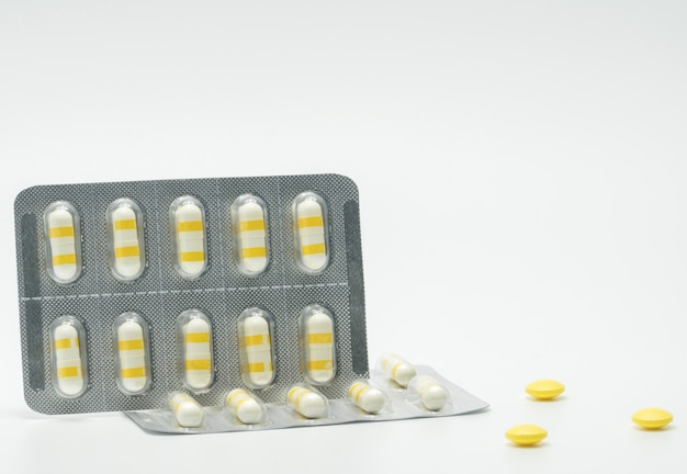Pillole antinfiammatorie della capsula della medicina su fondo bianco