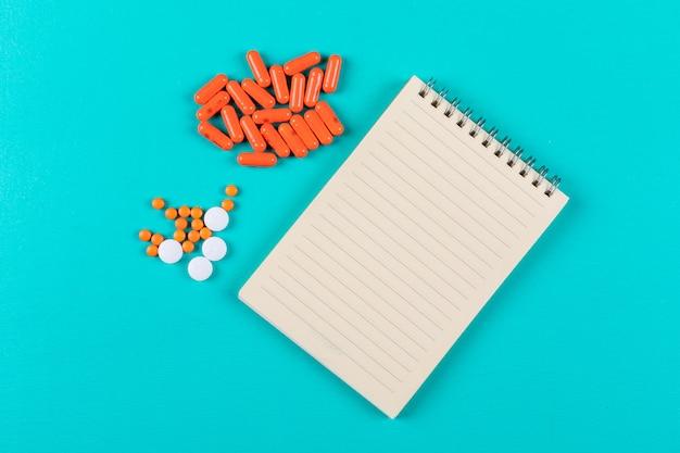 Pillole arancioni con blocco note