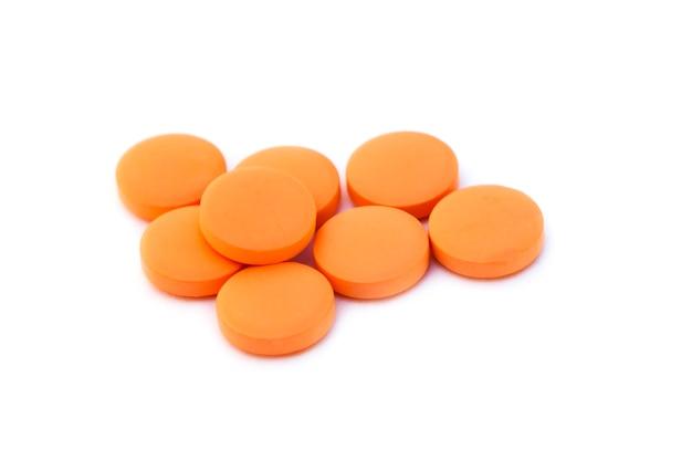 Pillole arancioni isolate su priorità bassa bianca