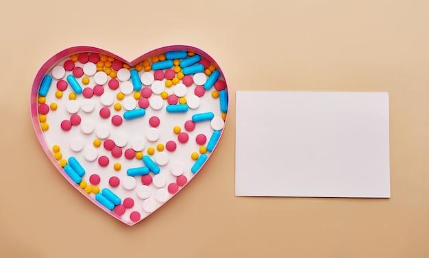 Pillole assortite, compresse e capsule della medicina farmaceutica su fondo beige. concetto di medicina e salute