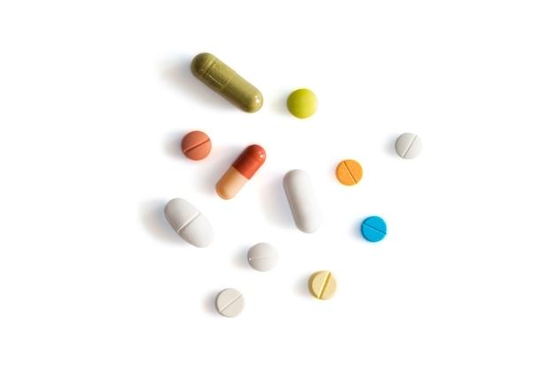 Pillole assortite di medicina farmaceutica, compresse e capsule su sfondo bianco isolato