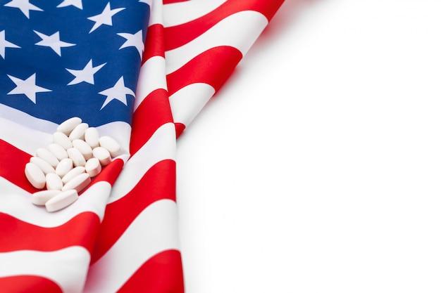Pillole bianche di prescrizione sulla bandiera degli stati uniti