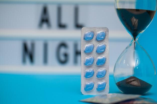 Pillole che promuovono a lungo la salute sessuale degli uomini su sfondo blu