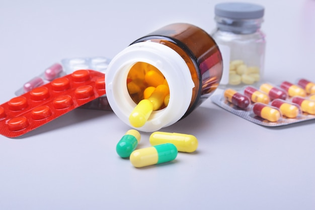 Pillole colorate, compresse, capsule, vesciche e cuore rosso per farmacia e medicina.