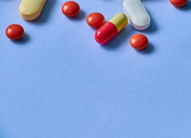 Pillole colorate su sfondo.