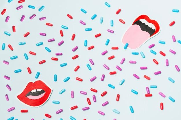 Pillole con una bocca disegnata