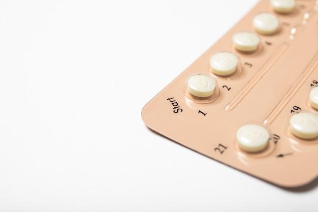 Pillole contraccettive su uno sfondo bianco
