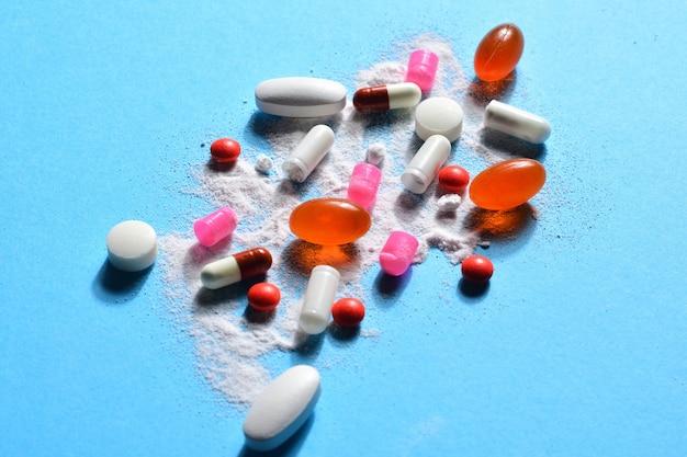 Pillole di capsule rotte con il farmaco in polvere