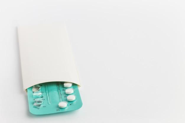 Pillole di contraccezione su fondo bianco. controllo delle nascite