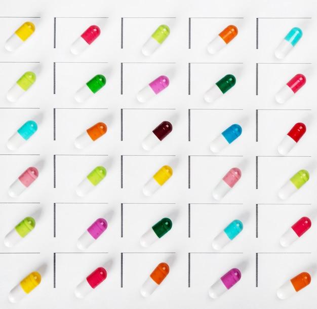 Pillole di diversi colori nella distribuzione