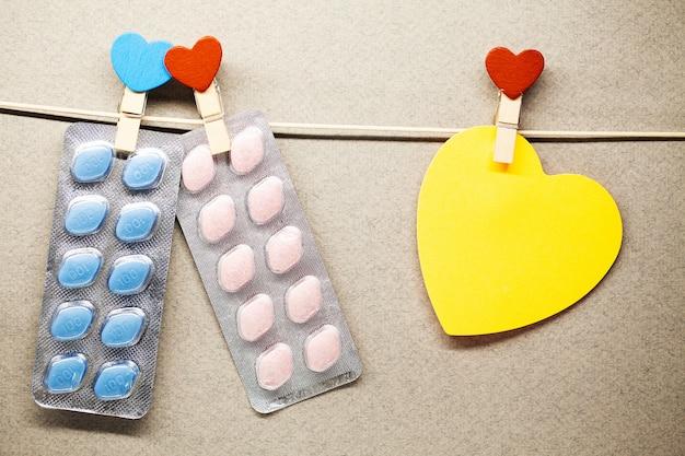 Pillole di salute maschile appendere su una corda