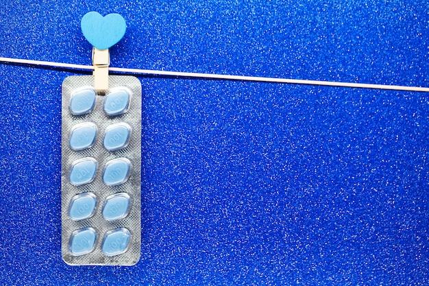 Pillole di salute sessuale per uomini appesi a una corda
