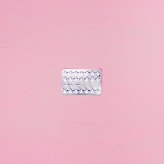Pillole di vista superiore su fondo rosa