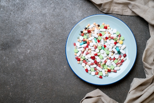 Pillole, droghe, farmacia, medicina o medico sulla piastra
