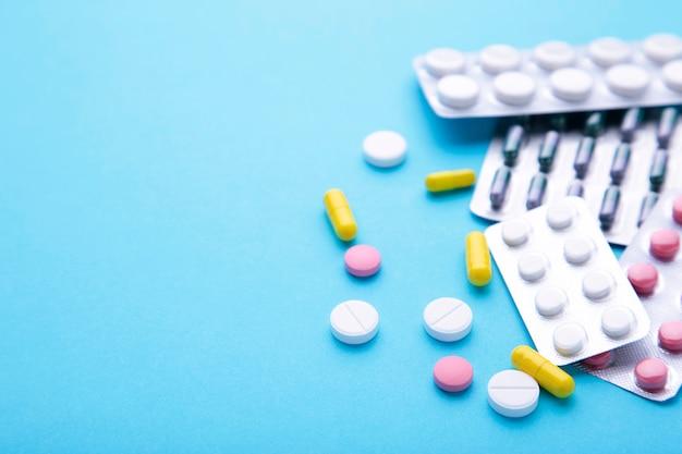 Pillole e compresse colorate in blister