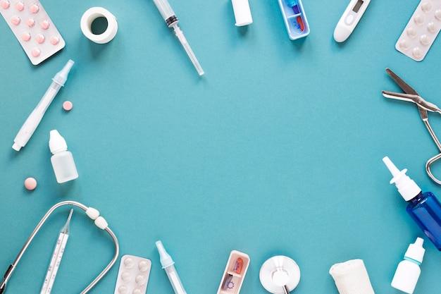 Pillole e strumenti medici di vista superiore con lo spazio della copia