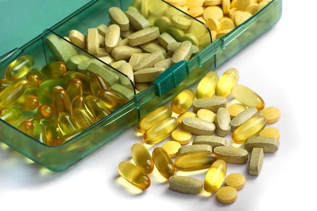 Pillole e vitamine delle compresse su un fondo bianco