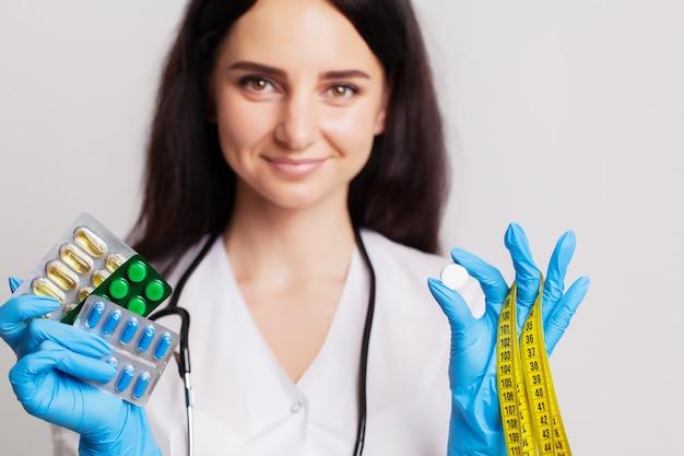 Pillole femminili della tenuta di medico prescritte per il trattamento paziente