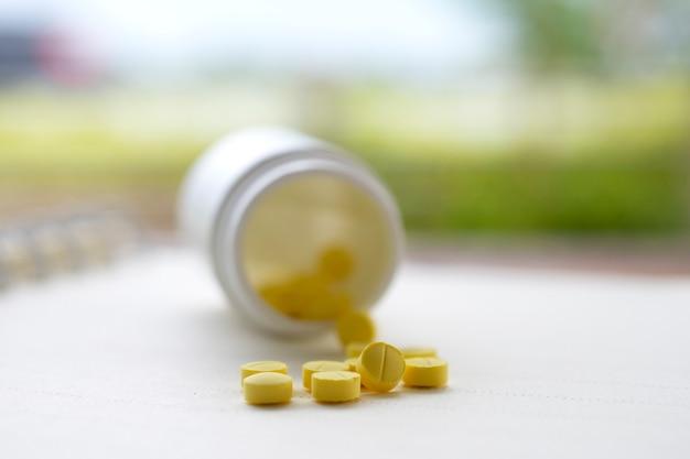 Pillole gialle disposte sul tavolo