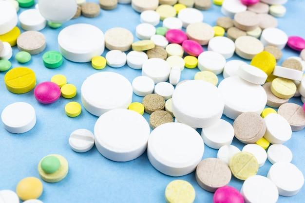 Pillole su uno sfondo blu