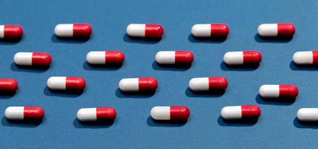Pillole vista dall'alto sul tavolo