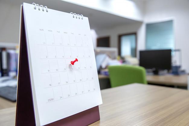 Pin di colore rosso sul calendario.