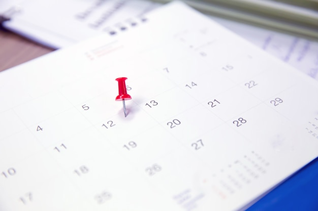Pin rosso sul calendario per business e meeting planner.