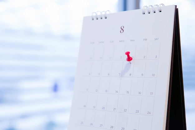 Pin rosso sul calendario per la pianificazione aziendale e la riunione.