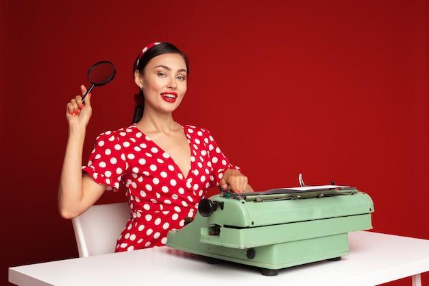 Pin sulla ragazza che scrive su una macchina da scrivere