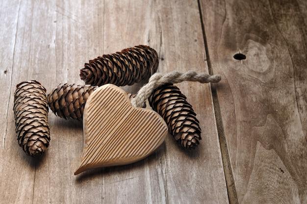 Pini di legno dei coni e del cuore su una tabella