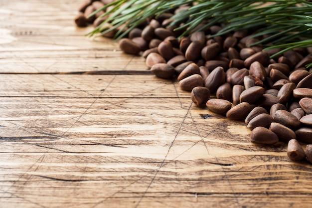 Pinoli su una superficie di legno