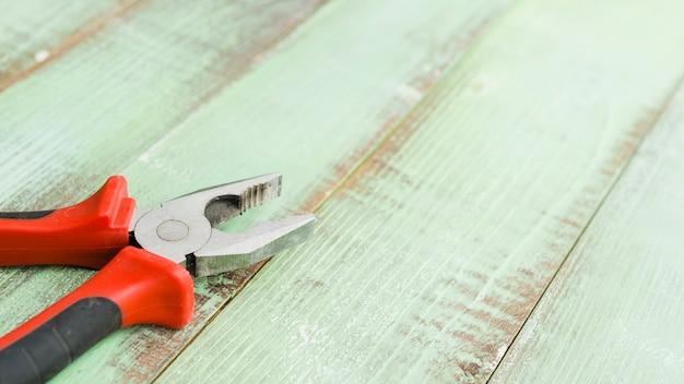 Pinze sulla scrivania in legno