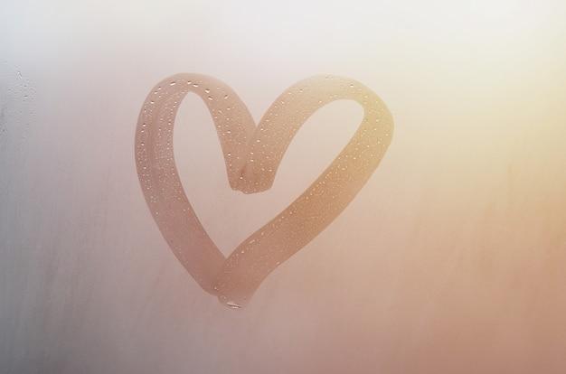 Pioggia autunnale, l'iscrizione sul vetro sudato - amore e cuore.