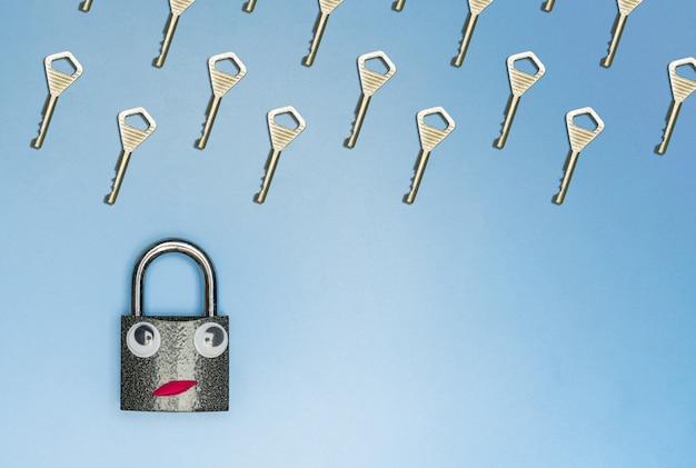 Pioggia chiave con il concetto divertente della serratura, spazio della copia, fondo blu