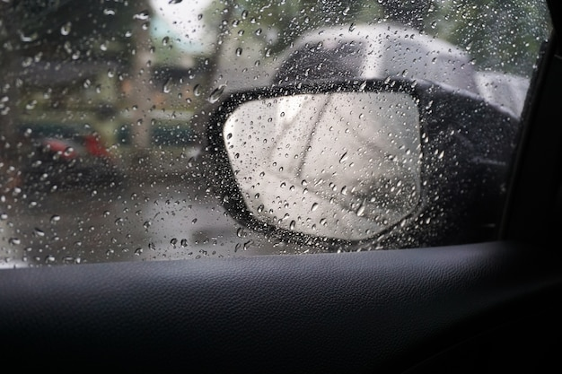 Pioggia su uno specchio per auto.