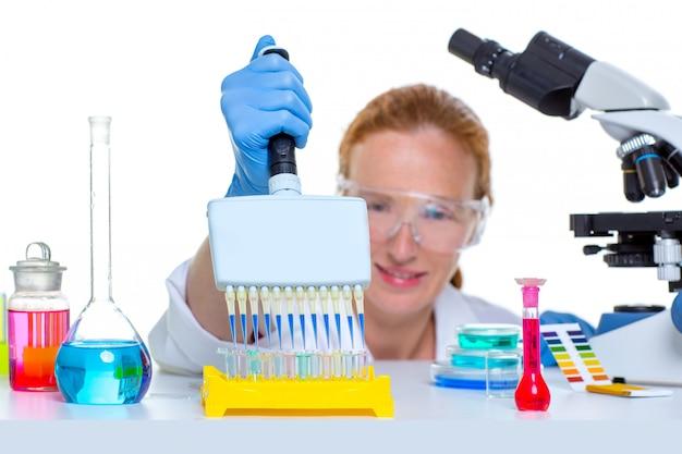 Pipetta multicanale di scienziato laboratorio chimico donna