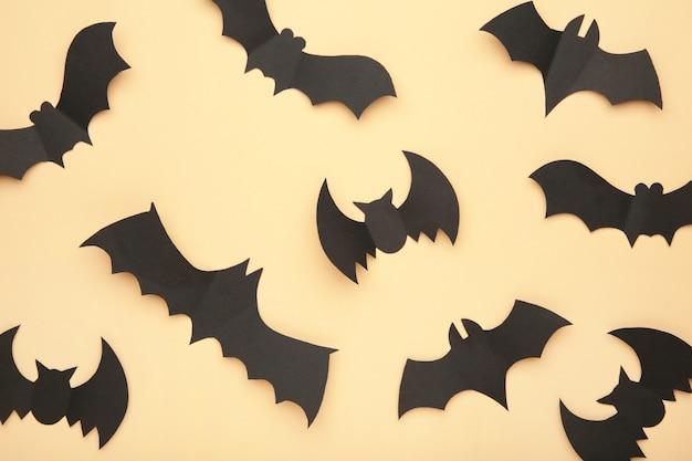 Pipistrelli di carta di halloween su sfondo biege. concetto di halloween.
