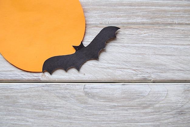 Pipistrelli di carta sul vecchio legno bianco
