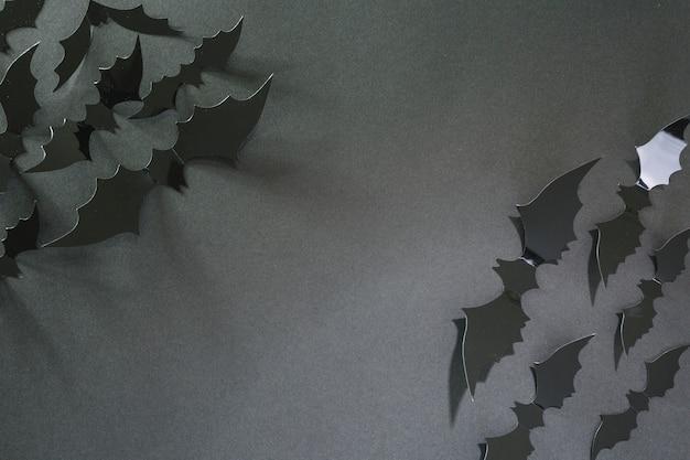 Pipistrelli di halloween in plastica nera negli angoli
