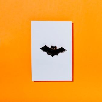 Pipistrello terrificante nero su pezzo di carta bianca