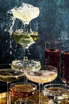 Piramide di bicchieri con bevande
