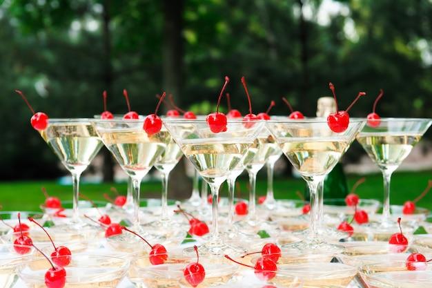 Piramide di champagne all'aperto nel parco