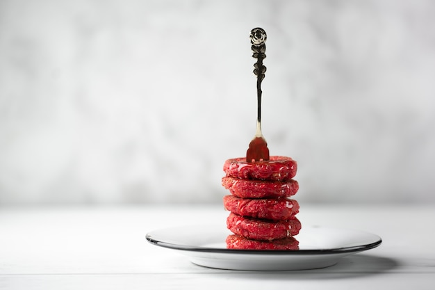 Piramide di cheesecakes con miele colorato in rosso. colazione tradizionale russa.