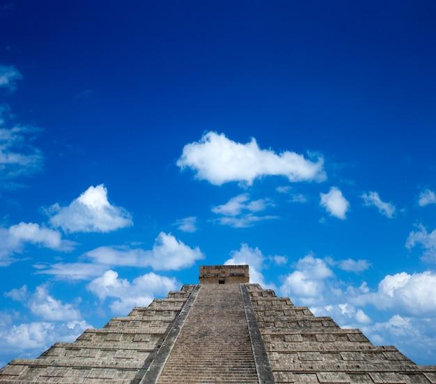 Piramide di kukulkan nel sito di chichen itza, in messico