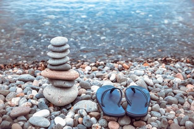 Piramide di pietre di mare sui ciottoli della riva del mare