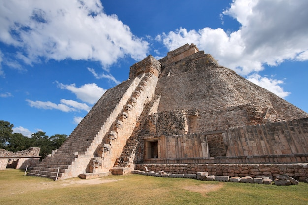 Piramide maya a uxmal, in messico