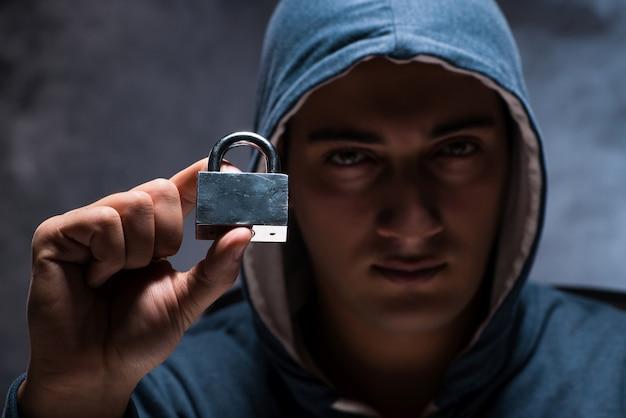 Pirata informatico che lavora nella stanza scura