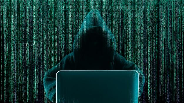 Pirata informatico che per mezzo del computer portatile con il codice binario di forma astratta del cranio.