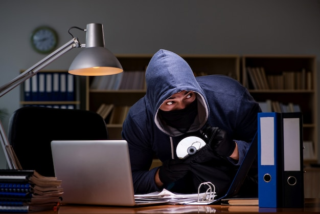 Pirata informatico che ruba i dati personali dal computer di casa