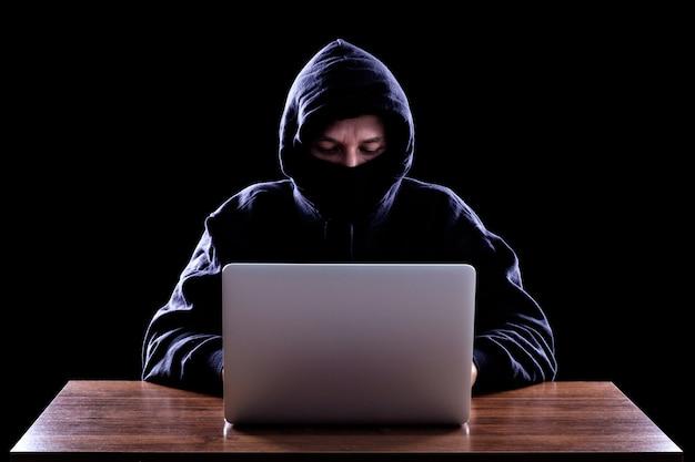 Pirata informatico di computer che ruba i dati dal computer portatile